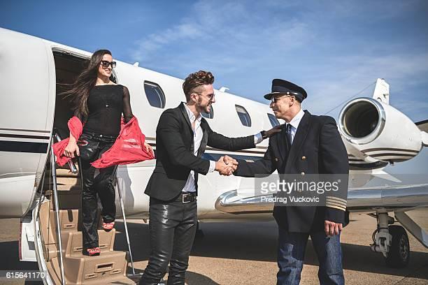 Männliche Passagier Händeschütteln mit pilot
