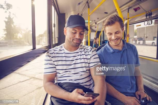 pasajeros masculinos que viajan en autobús - izusek fotografías e imágenes de stock