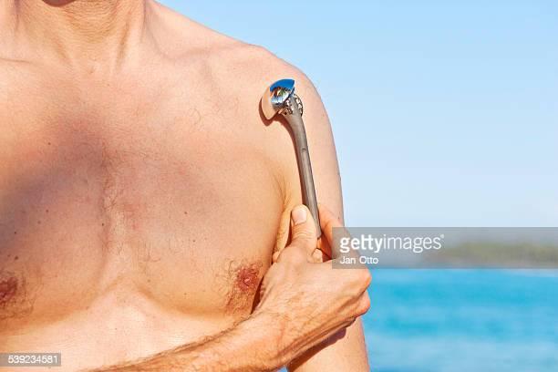 Männliche person zeigen prosthesis Schulter