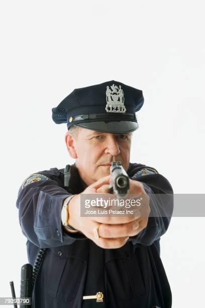 male police officer aiming gun - detenção imagens e fotografias de stock
