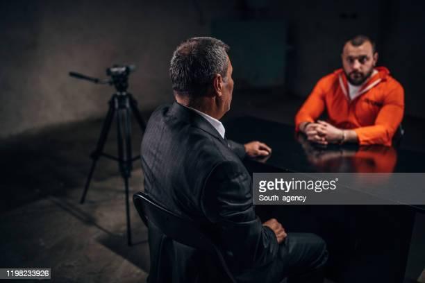 刑事と尋問室に座っている男性囚人 - 執行猶予 ストックフォトと画像