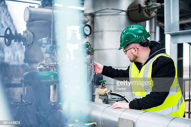Männliche berufliche mit Gerät in Fabrik
