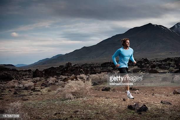 Männliche Läufer laufen von bevorstehenden storm