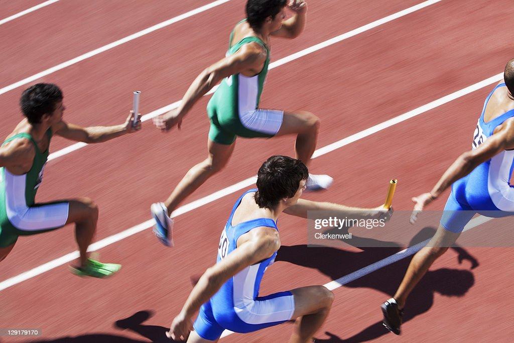 雄ランナー合格リレーバトン : ストックフォト