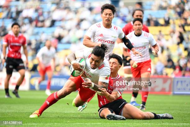 Male Sau of the Toyota Verblitz dives to score his side's third try while Ryo Kikkawa of Hino Red Dolphins tries to block during the Top League...