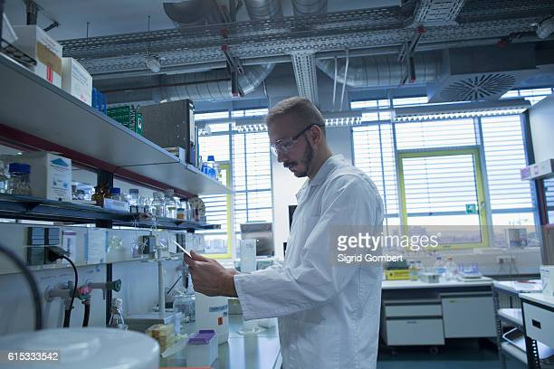 male scientist working in a pharmacy laboratory, freiburg im breisgau, baden-württemberg, germany - sigrid gombert stock-fotos und bilder