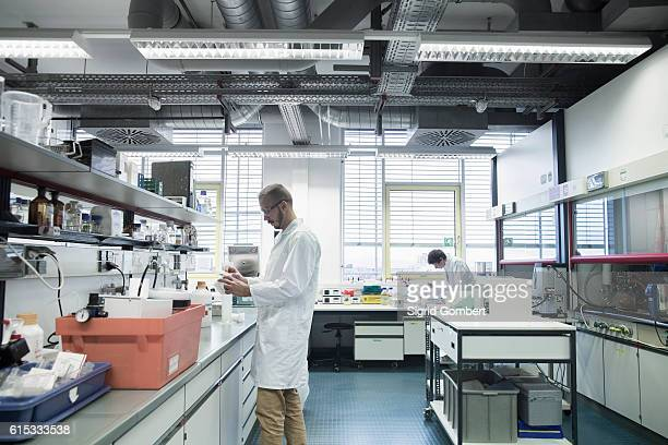 male scientists working in a pharmacy laboratory, freiburg im breisgau, baden-württemberg, germany - sigrid gombert stock-fotos und bilder