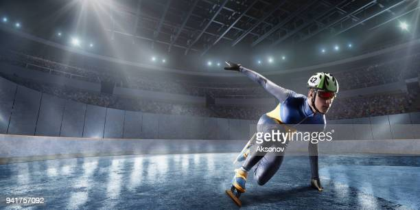 プロのアイス アリーナで男子ショート トラック選手スライド - スケート靴 ストックフォトと画像