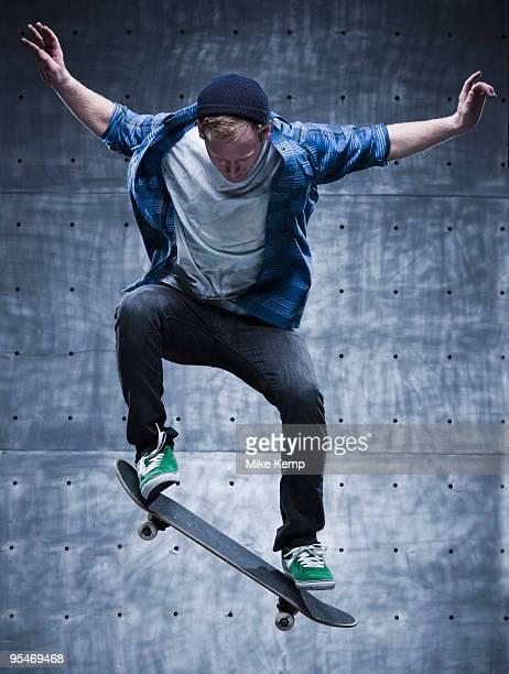 male skateboarding - stunt stockfoto's en -beelden