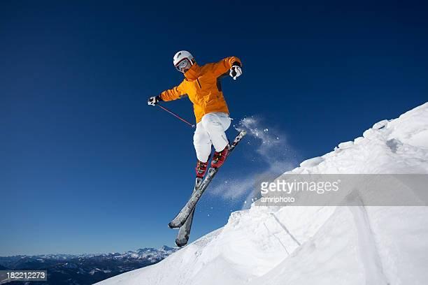 Männliche Skifahrer jumping
