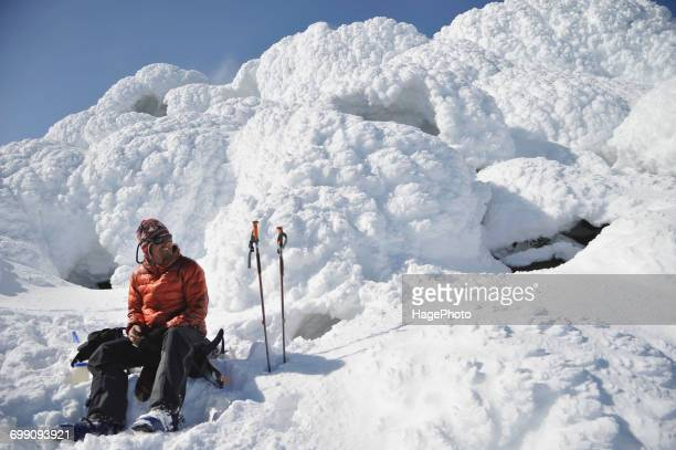 male skier on the steaming summit of mt augustine - golfo do alasca imagens e fotografias de stock