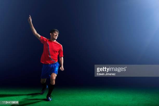 male soccer player celebrating - the championship voetbalcompetitie stockfoto's en -beelden