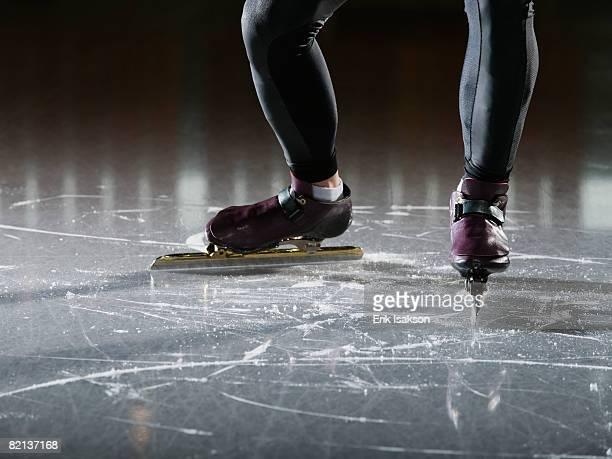 male speed skater on ice - schaats ijs stockfoto's en -beelden