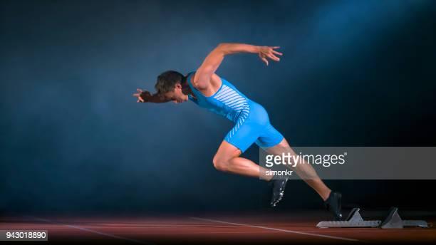 スターティング ブロックを残して男性スプリンター - スプリント競技 ストックフォトと画像
