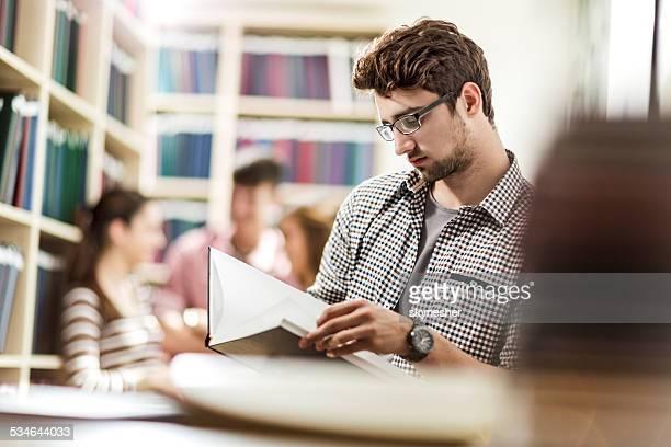 Estudante do sexo masculino na biblioteca.