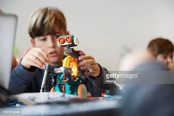 male student working with robot for science project in training class - ciência e tecnologia imagens e fotografias de stock