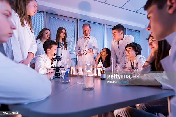Homme enseignant instruire élèves de structure moléculaire au cours de chimie.