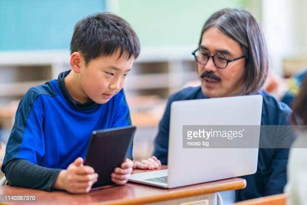 小学校における男子教員の授業技術 - 日本人のみ ストックフォトと画像