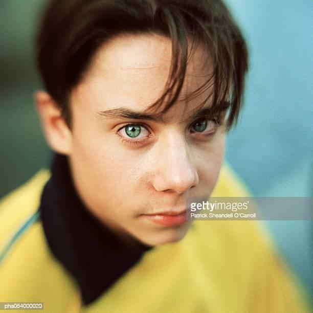male teenager looking into camera, portrait - un seul jeune garçon photos et images de collection