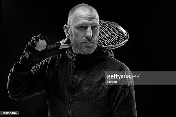 Homme tenant une raquette de tennis