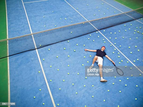 male tennis player lying on ground - aborto fotografías e imágenes de stock