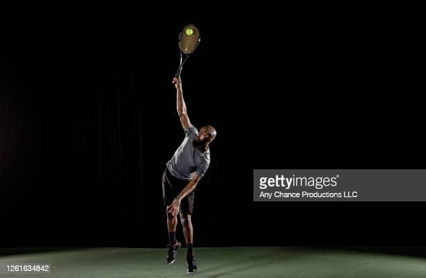 male tennis player serving - aufschlagen sport stock-fotos und bilder