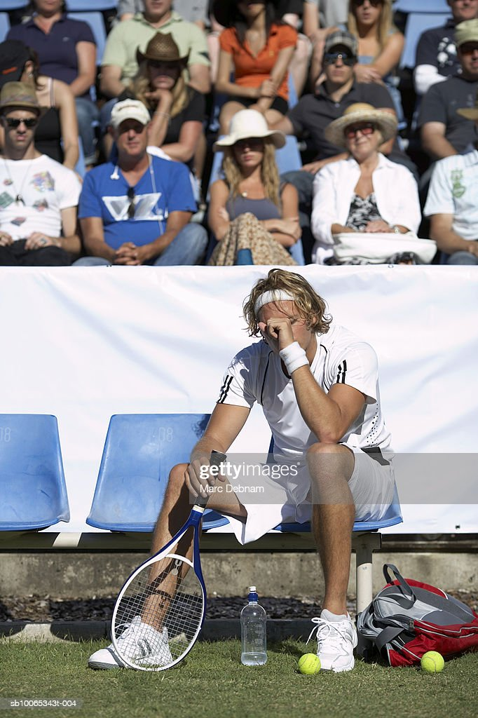 Male tennis player sitting in front of crowd : Foto stock