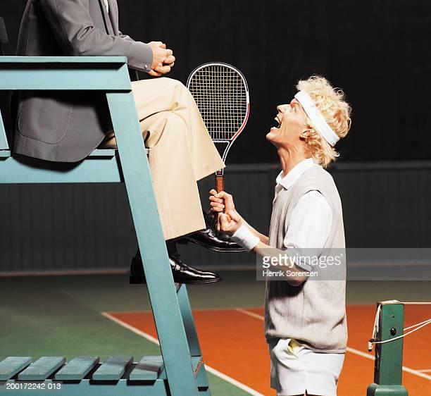 male tennis player yelling at umpire, side view - oficial deportivo fotografías e imágenes de stock
