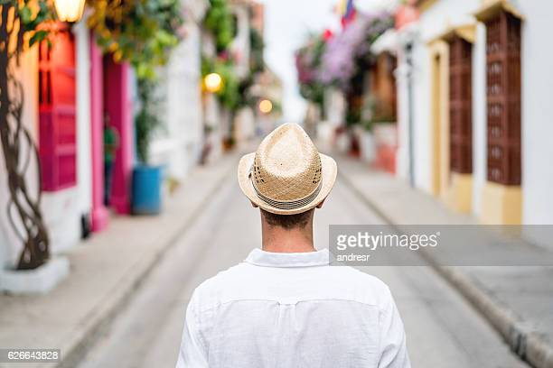 male tourist sightseeing in cartagena - cartagena colombia foto e immagini stock
