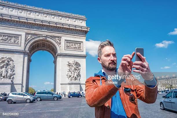 Männliche Touristen ein selfie aufnehmen in Paris, Frankreich