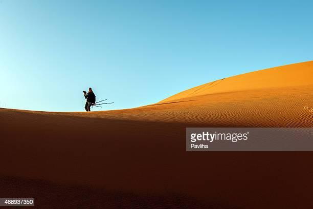 Macho de turistas caminando en la arena, de las dunas de Erg Chebbi mañana,,, Marruecos