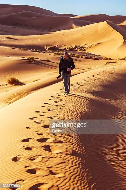 Hombre caminatas en las dunas de Erg Chebbi, mañana,, Marruecos