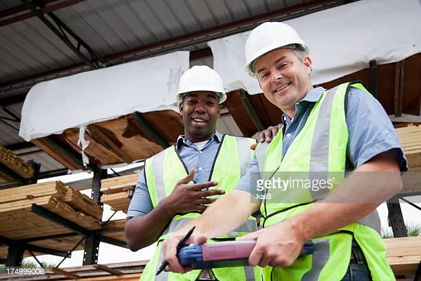 Männliche Arbeitnehmer in Holzlager