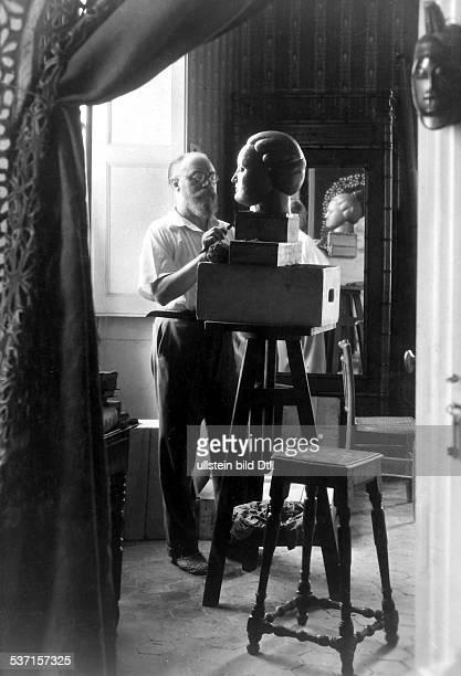 1869 1956 Maler F bei der Arbeit in seinem Atelier in Nizza 1929