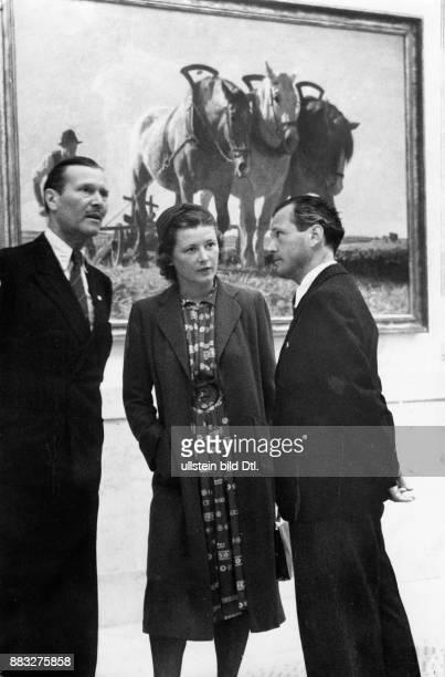 Maler Künstler Deutschland Conrad Hommel mit seiner Ehefrau der Bildhauerin Barbara von KalkreuthHommel und dem Journalisten LE Reindl hinter ihnen...