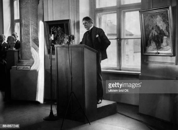 Maler Schriftsteller Deutschland haelt eine Rede zur Eröffnung einer großen Berliner Kunstausstellung Sennecke Originalaufnahme im Archiv von...