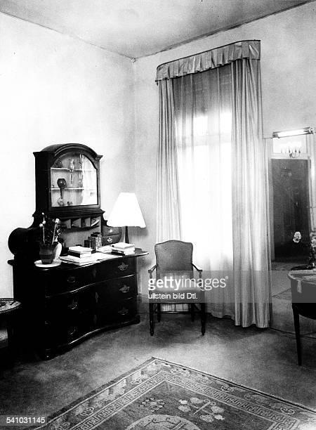 Malerin Ddie Ecke eines Wohnraums mit Kommode und Stuhl 1932Aufnahme Martin Munkacsy