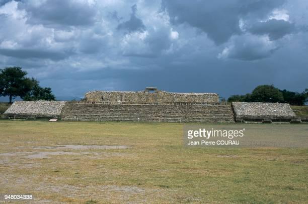 Malgré des influences au départ le fait zapotèque s'est ensuite affirmé suivant une tradition locale La vallée de Oaxaca particulièrement isolée...