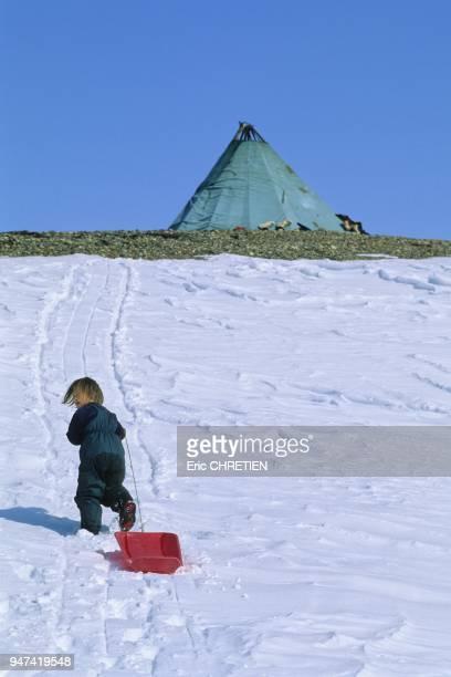 Malgre la rudesse de la transhumance IngerHelene 5 ans profite des bivouacs pour jouer comme tous les enfants de son age Le ''lavvu'' la tente...