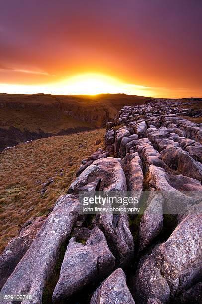 malham limestone pavement sunrise. yorkshire dales. uk. europe. - limestone pavement stockfoto's en -beelden