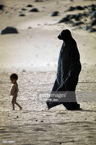 Mali And Niger Touaregs Victims Of A Drought Took Refuge In Algeria Deep South Dans le grand sud algérien dans le désert une femme touareg en tchadri...