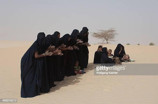 Mali Near Timbuktu Sahara Desert Tuareg Women Performing Traditional Dance In Desert Clapping With Hands