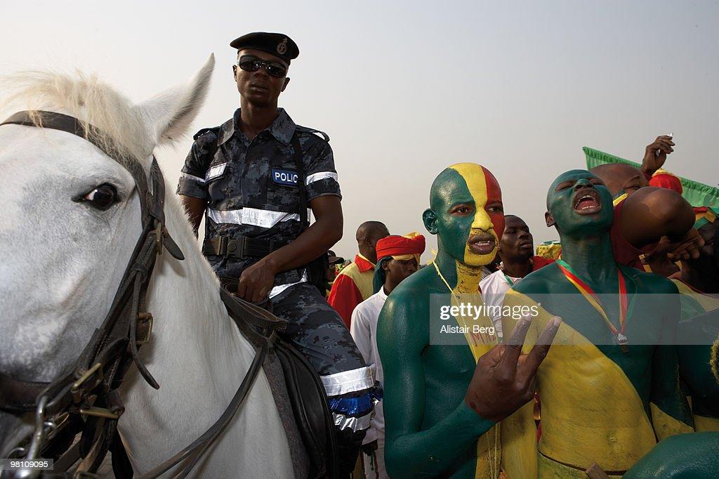Malian football fans in a crowd : Photo