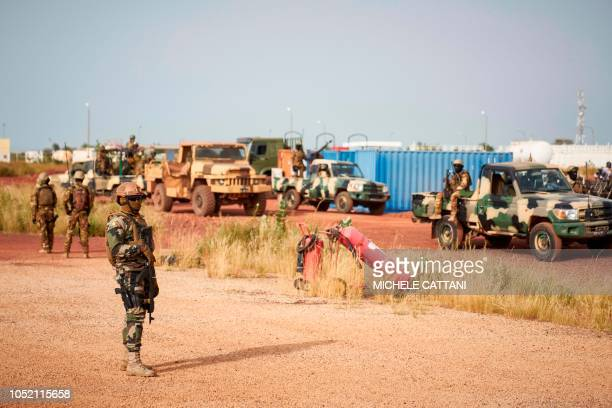 Malian soldiers secure the airport of Mopti on October 14 2018 ahead of the arrival of Malian Prime Minister Soumeylou Boubeye Maiga