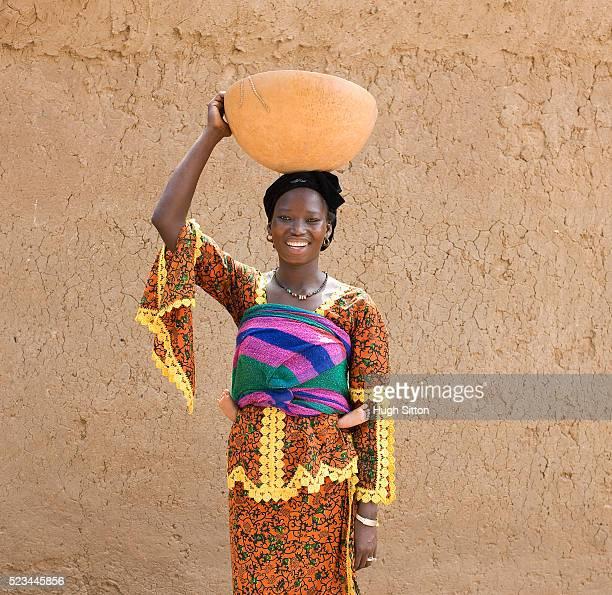 malian woman with pot on head and baby on back - hugh sitton - fotografias e filmes do acervo