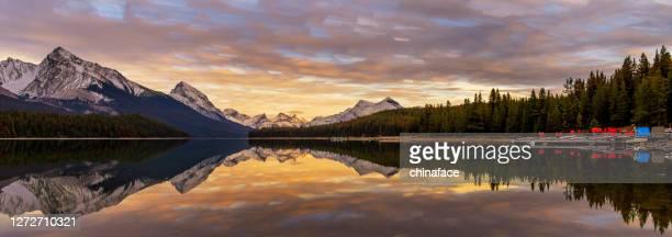 maligne lake i solnedgången - vildmark bildbanksfoton och bilder