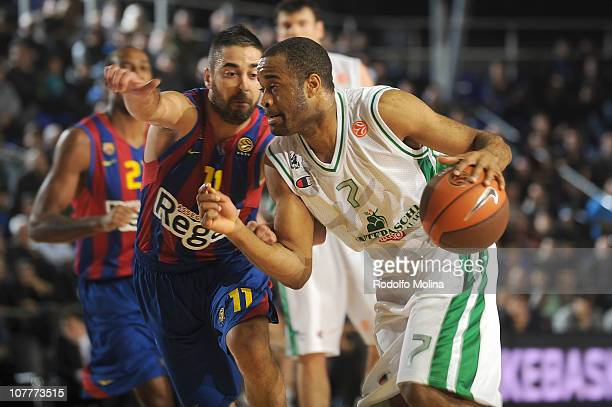 Malik Hairston #7 of Montepaschi Siena competes with Juan Carlos Navarro #11 of Regal FC Barcelona during the 20102011 Turkish Airlines Euroleague...