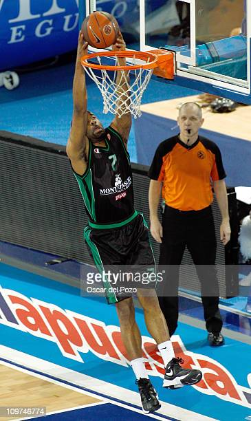 Malik Hairston #7 of Montepaschi Siena in action during the 20102011 Turkish Airlines Euroleague Top 16 Date 6 game between Real Madrid vs...