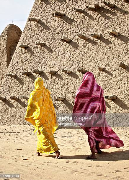 malinese women walking in streets in tombouctou - femme mali photos et images de collection