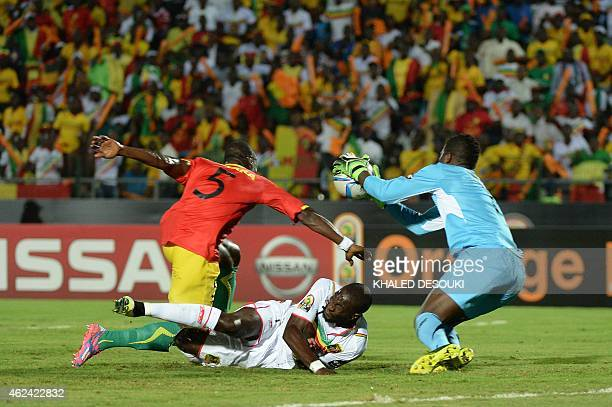Mali's forward Mustapha Yatabare vies with Guinea's defender Fode Camara during the 2015 African Cup of Nations group D football match between Guinea...